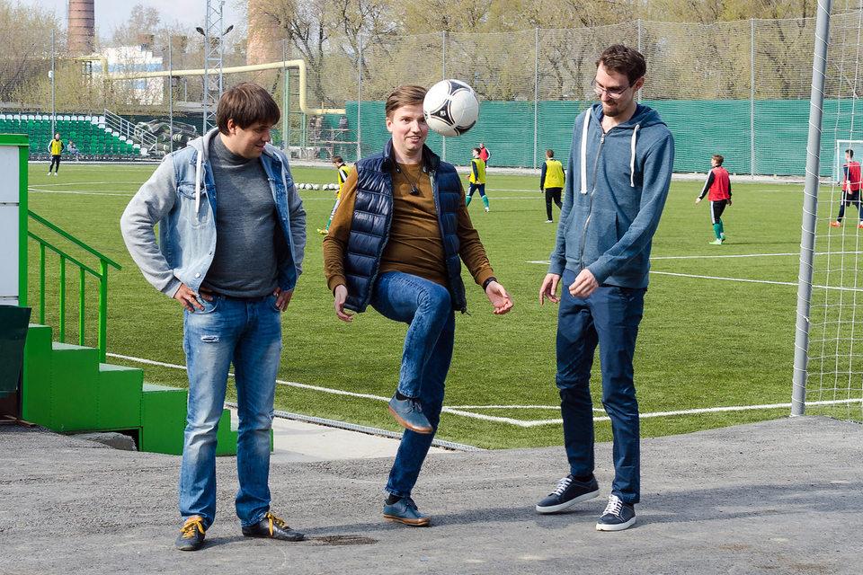 Игорь Ковалев (слева на фото), Дмитрий Стародубцев (в центре) и Александр Семенцов зарегистрировали собственный футбольный клуб «Юниор» в третьей лиге, где будут тренировать сами