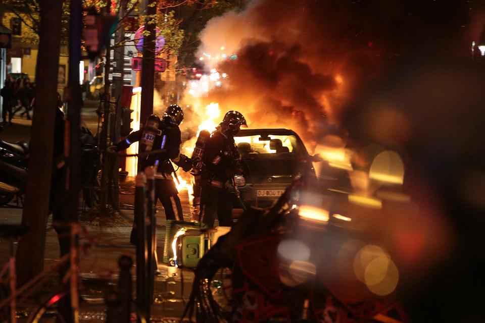 Особо настойчивые демонстранты решили испытать полицию и ночью