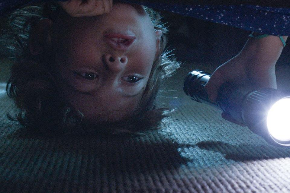 Хотя монстр в «Сомнии» никогда не приходит из-под кровати, обойтись без этого типового кадра режиссер не мог