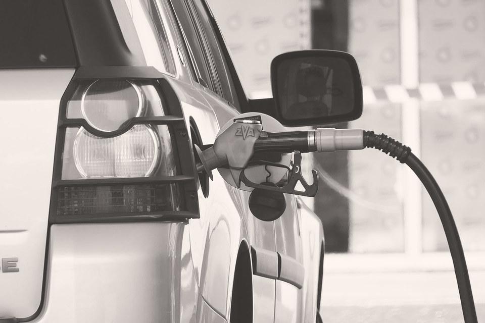 Низкая конкуренция позволяет нефтяным компаниям выставлять автолюбителям розничные цены, существенно превышающие оптовые