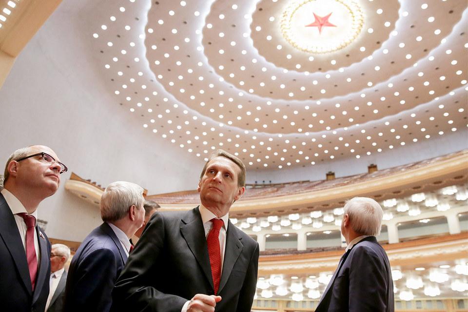 Спикер Госдумы Сергей Нарышкин (в центре) во время экскурсии в Доме народных собраний Китая