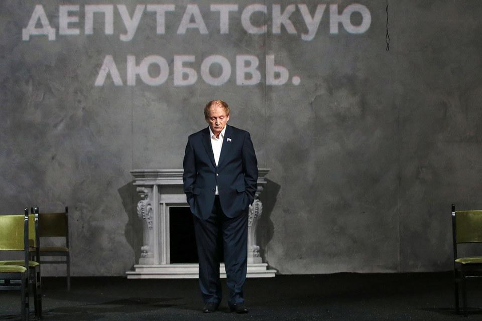 Виктор Вержбицкий играет депутата Ашенбаха. Не спрашивайте, откуда в «Идиоте» депутат
