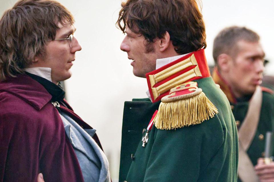 Пьер (Пол Дано) и князь Андрей (Джеймс Нортон) перед Бородином