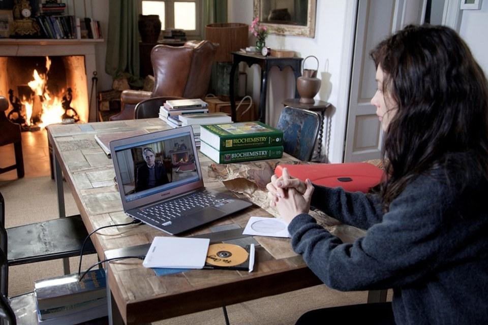 Джереми Айронс появляется на экране ноутбука или телефона, остальное время зритель проводит в обществе одной Куриленко