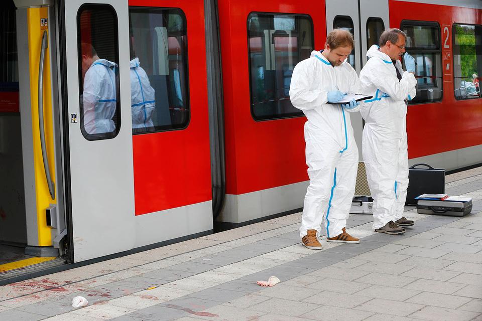 По данным Suddeutsche Zeitung, 27-летний немец напал на пассажиров на железнодорожной станции Графинг
