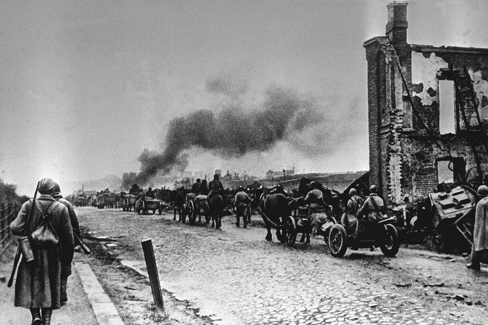 Советские войска вступают в город Ельню