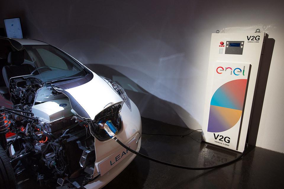 Nissan предложит владельцам электромобилей установить колонки Vehicle-to-grid (V2G), которые могут заряжать электромобиль от сети и передавать обратно накопленную в аккумуляторах энергию