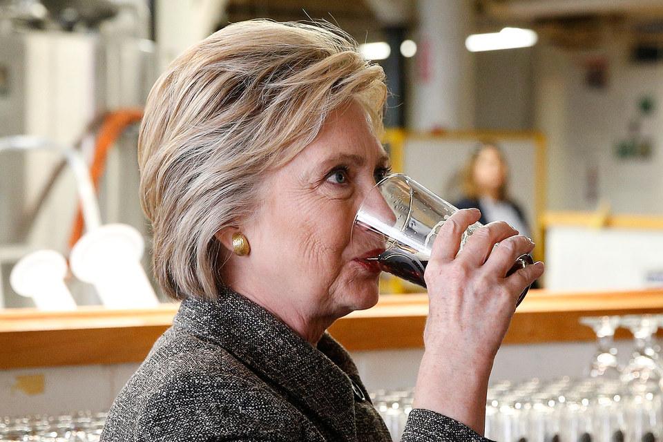 Кампания Budweiser совпадает с наиболее напряженным периодом президентской гонки (на фото Хиллари Клинтон)