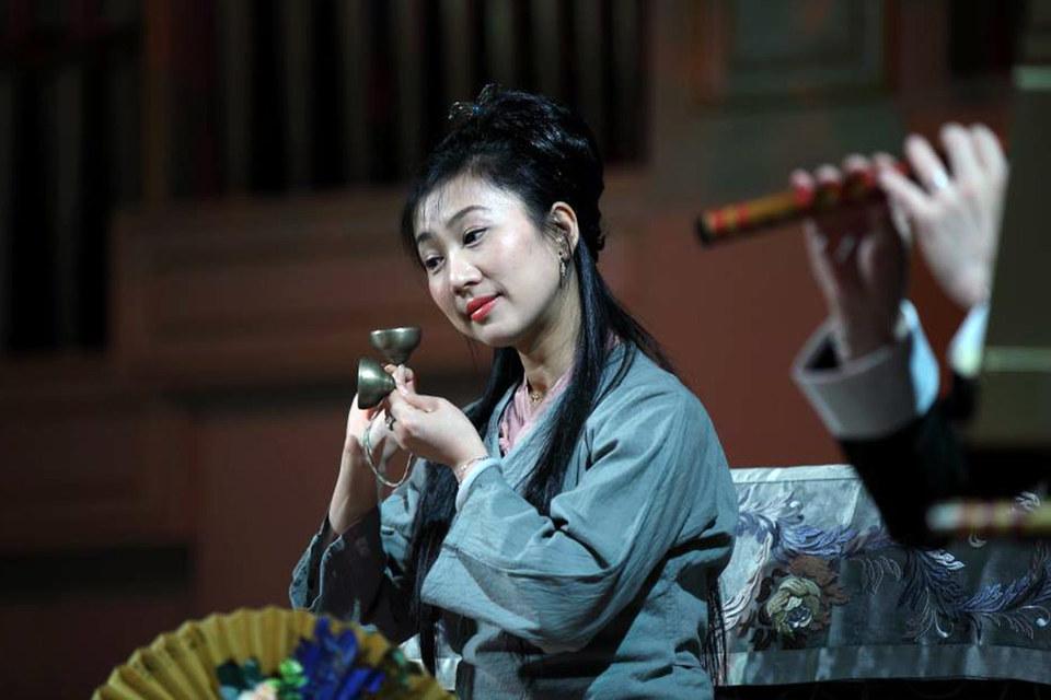 Изящная примадонна Шанхайской оперы Йили Шен