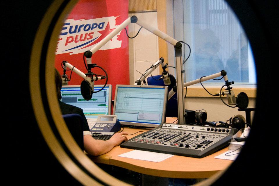 В радиохолдинг входят радиостанции «Европа плюс», «Дорожное радио», «Ретро FM»