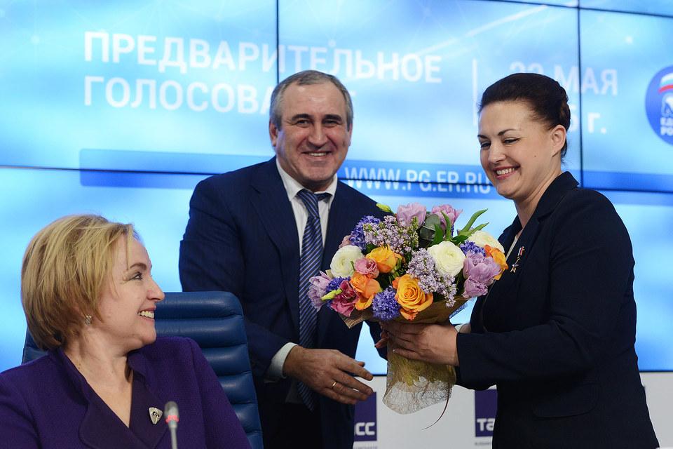 Секретарь генсовета «Единой России» Сергей Неверов (в центре) уверен в честности праймериз