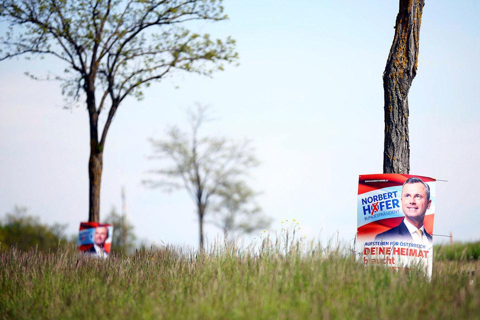 По итогам первого тура выборов, прошедшего 24 апреля, лидером с 35% голосов стал кандидат от крайне правой Партии свободы Норберт Хофер