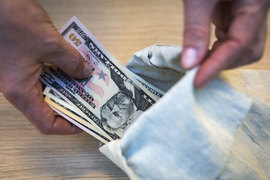 Минфин еще не решил, выходить или нет на зарубежные рынки с еврооблигациями на $3 млрд, но Госдума уже намерена разрешить ему заменить в 2016 г. внешние займы внутренними