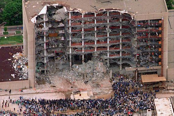 Теракт, совершенный в апреле 1995 г. в американском Оклахома-Сити, был крупнейшим за историю США до событий сентября 2001 г. В результате взрыва заминированного автомобиля было разрушено федеральное здание, погибли 166 человек. Страховщики выплатили $194 млн компенсаций, приводит подсчеты компании Swiss Re Financial Times