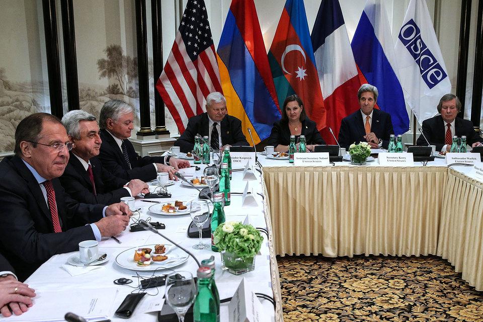 Во встрече также участвовали министр иностранных дел России Сергей Лавров и госсекретарь США Джон Керри как представители стран, входящих в Минскую группу