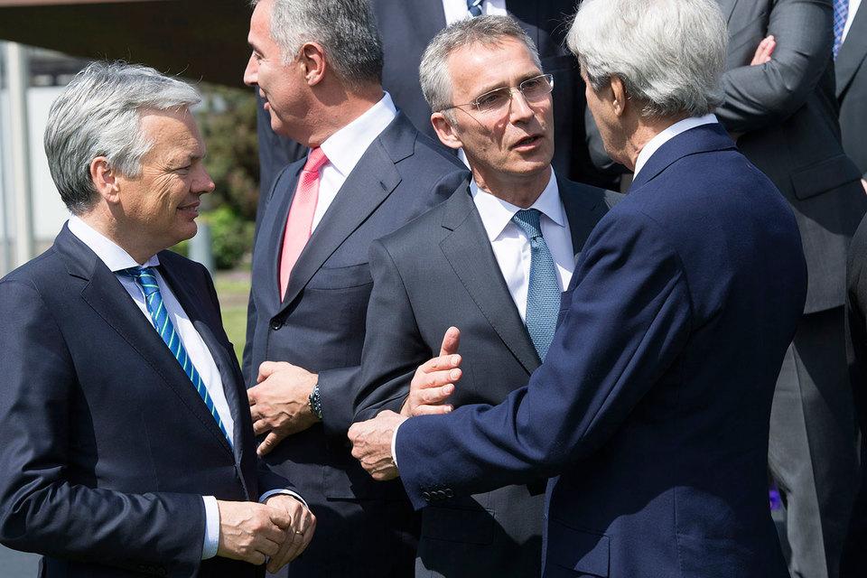 Генсек Йенс Столтенберг (на фото второй справа) может и не сделать никаких заявлений по итогам закрытых обсуждений, объяснил «Ведомостям» чиновник альянса