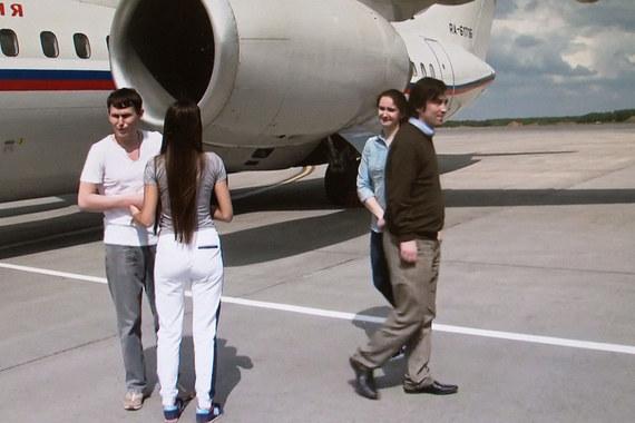 Россияне Александр Александров (слева) и Евгений Ерофеев с супругами в аэропорту «Внуково»