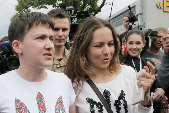Савченко, выглядевшая чрезвычайно возбужденной и утомленной, вышла к журналистам (на фото с сестрой Верой)