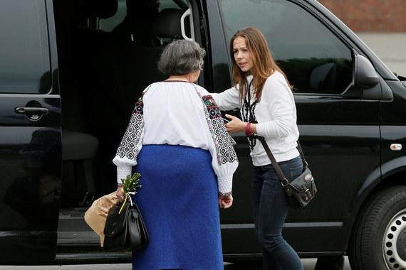 Надежда Савченко подтвердила, что проведет пресс-конференцию в администрации президента Украины, и уехала в Киев в черном микроавтобусе с матерью и сестрой (на фото)