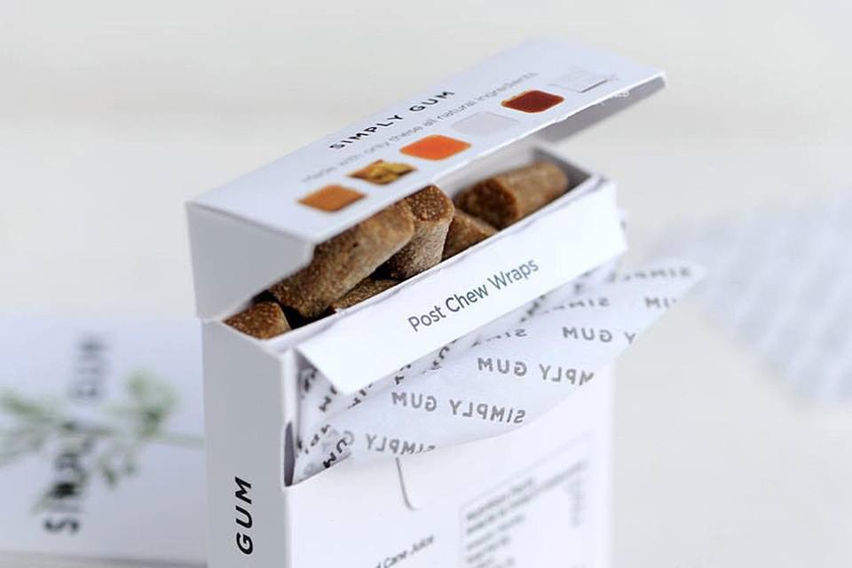 Simply Gum производит жевательную резинку шести видов – со вкусом мяты, корицы, имбиря, фенхеля и лакрицы, кофе и клена