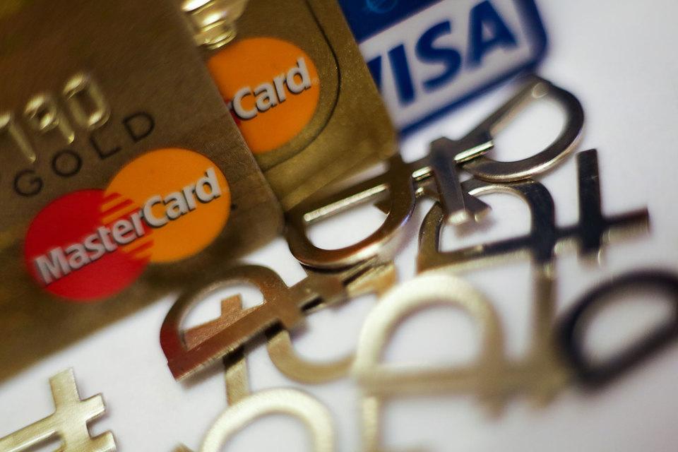 Розничным банкам все сложнее выдавать кредитные карты из-за высоких рисков, поэтому они все больше зарабатывают на держателях дебетовых карт