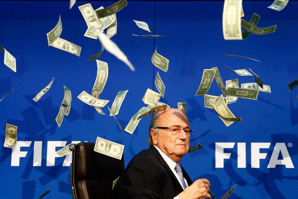 В июле 2015 г., после того как разразился коррупционный скандал в FIFA, британский комик Ли Нельсон на пресс-конференции высыпал на Йозефа Блаттера ворох долларовых банкнот
