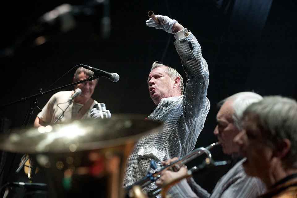 Лидер группы Леонид Федоров (слева) обычно уступает первый план  шоумену Олегу Гаркуше (в центре)