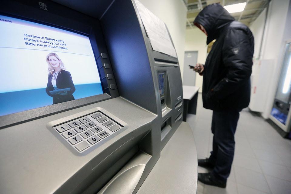 В 2015 г. число обращений к счету при помощи банковских мобильных приложений впервые превысило число обращений в банковские отделения