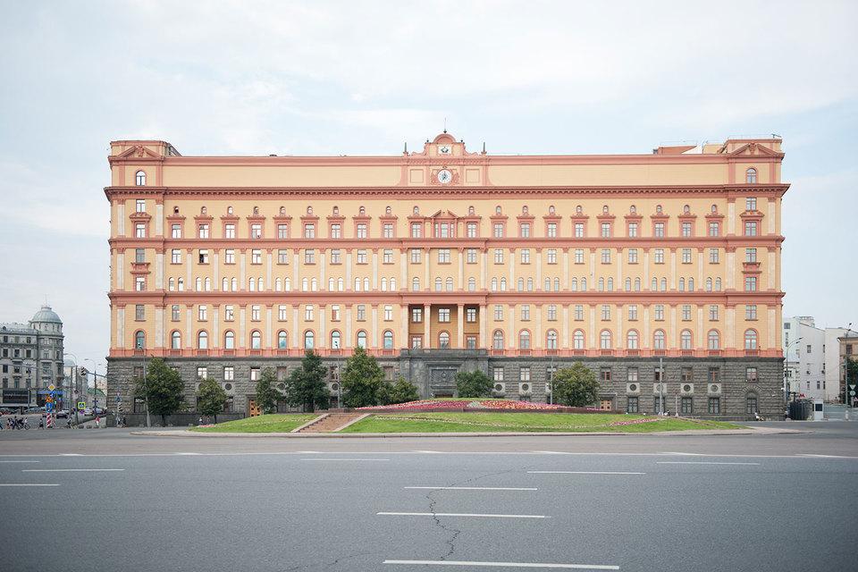 Обвинение попросило оштрафовать художника Петра Павленского за акцию «Угроза», которая состояла в поджоге двери здания ФСБ