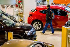 Покупатели все еще осторожничают с покупкой автомобиля