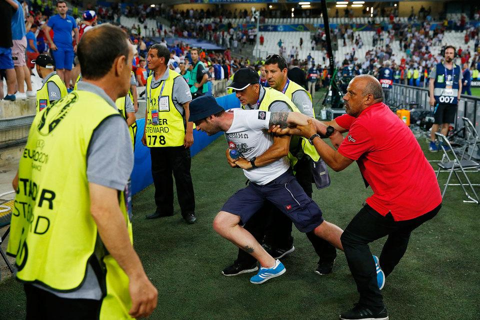Когда прозвучал финальный свисток, российские фанаты бросились срывать английские флаги и преследовать болельщиков сборной Англии