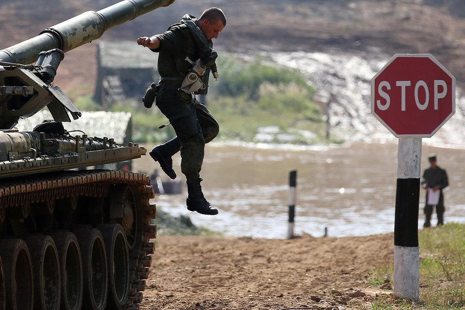 Новые воинские соединения на западе России развертываются из-за угрозы со стороны Украины, заявил российский посол в Белоруссии Александр Суриков
