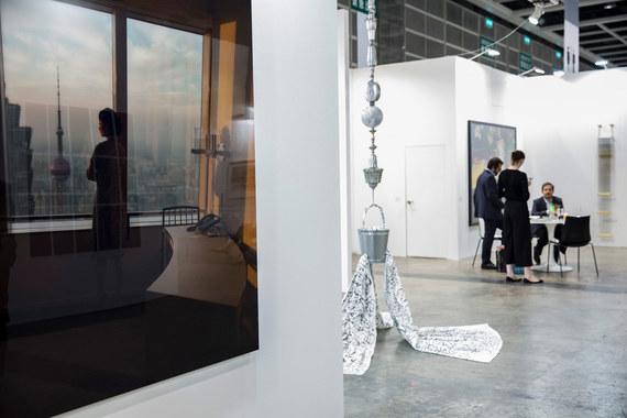 В 2013 г. впервые прошла азиатская Art Basel Hong Kong, следующий ее выпуск – 23-25 марта 2017 г. На фото: выставочное пространство галереи Nara Roesler на Art Basel in Hong Kong 2015