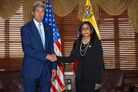 Госсекретарь США Джон Керри на встрече с министром иностранных дел Венесуэлы Делси Родригес