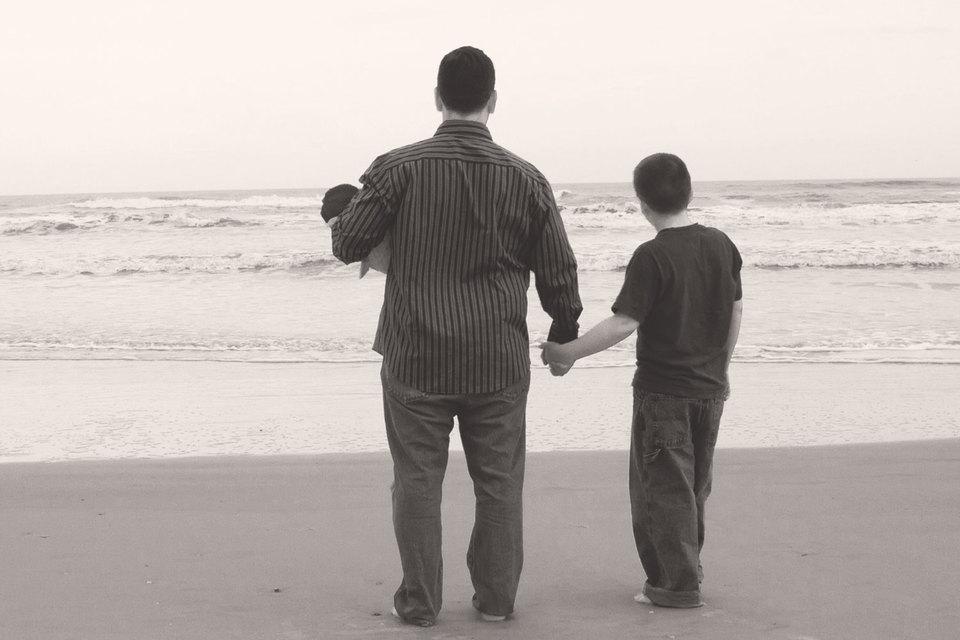 Как сын, так и отец не в состоянии понять друг друга, поскольку смотрят на жизнь совершенно по-разному. И именно это во многом определяет сегодняшний раскол в России