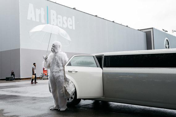 Кроме галерейной части с 286 участниками на швейцарской Art Basel есть сопутствующие разделы Unlimited, Parcours и Film. На фото: перформанс художника Pope L на Unlimited 2016
