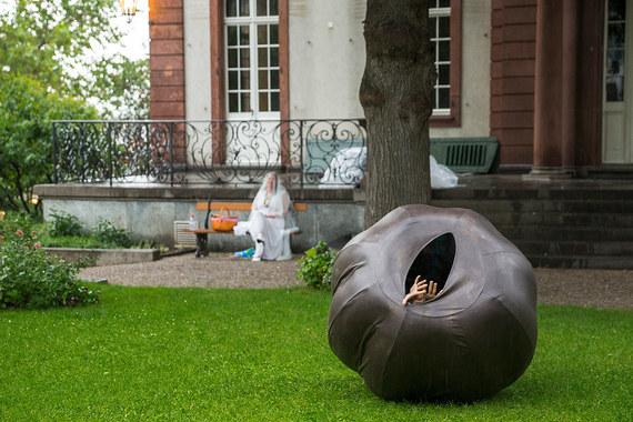 Parcours в этом году – это 19 работ известных и молодых художников (расположены в самом сердце Базеля, его историческом центре). По словам куратора программы Самуэля Лойенбергера, они соединяют прошлое города с сегодняшними проблемами, стоящими перед всеми людьми. Жанры представлены самые разные – инсталляции, скульптуры, перформансы, акции с участием волонтеров. На фото: скульптура художницы Трейси Роуз