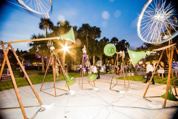 В 2002 г. проект Art Basel был запущен в США. В этом году Art Basel Miami Beach пройдет с 1 по 4 декабря. На фото: инсталляция перуанского художника Хосе Карлоса Мартината / Manifiestos, 2014, Revolver Galería