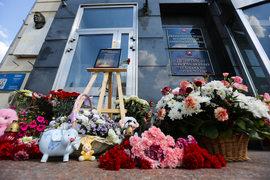 Москвичи несут цветы к департаменту труда и соцзащиты населения