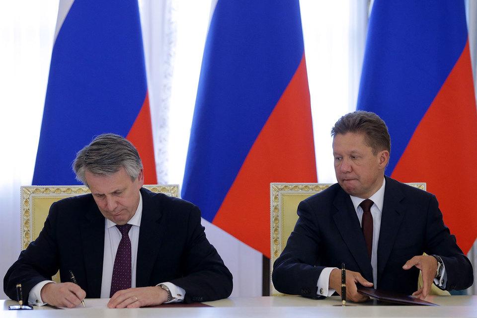 Главный исполнительный директор Shell Бен Ван Берден (на фото слева) и предправления «Газпрома» Алексей Миллер (справа) решили вместе строить СПГ-завод в Усть-Луге