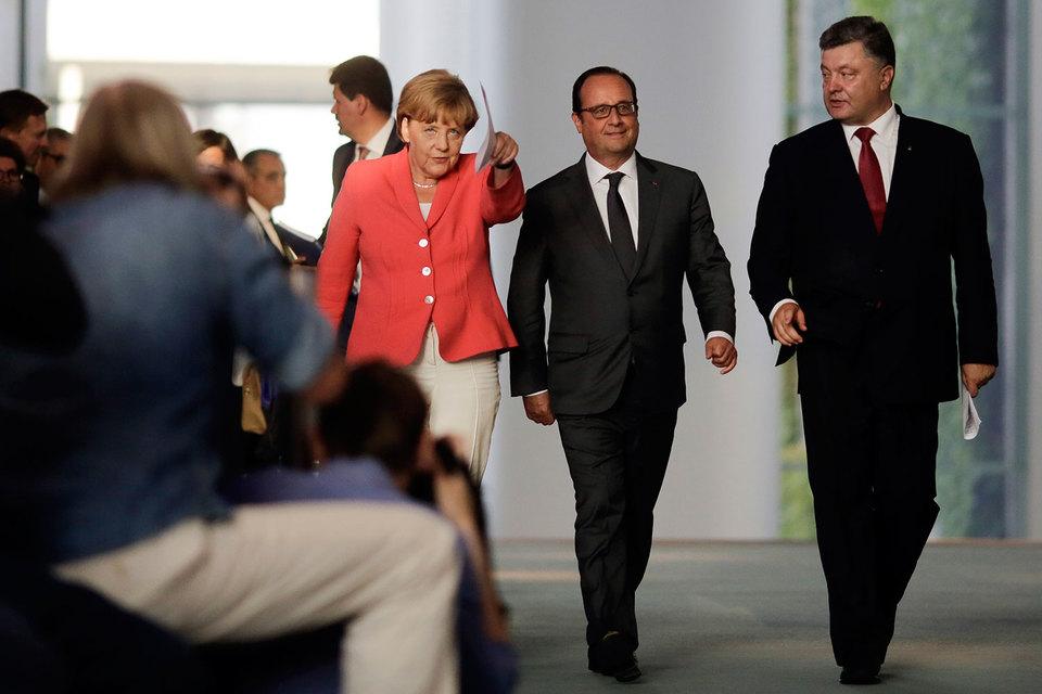 Франсуа Олланд, Ангела Меркель и Петр Порошенко рассматривают возможность встречи лидеров стран «нормандской четверки» с участием Владимира Путина до намеченного на 7–8 июля саммита НАТО в Брюсселе