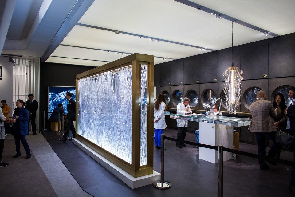 Art Basel - точка притяжения для всех участников рынка искусства, в том числе - спонсоров. На фото: стенд часовой компании Audemars Piguet