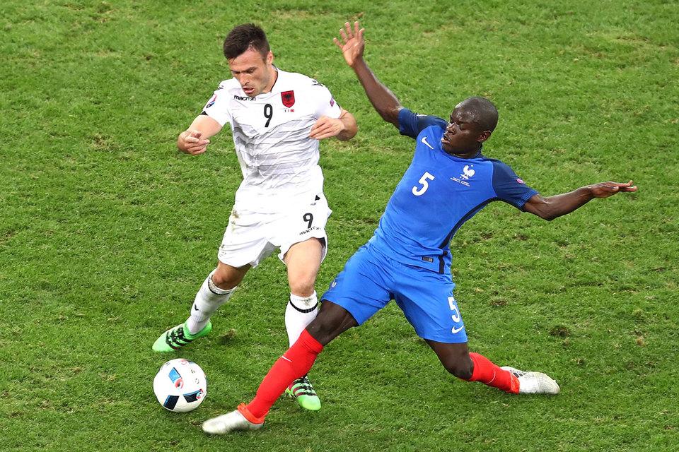 Права играть в английском чемпионате может лишиться в том числе такой известный игрок, как Н'Голо Канте из Leicester City