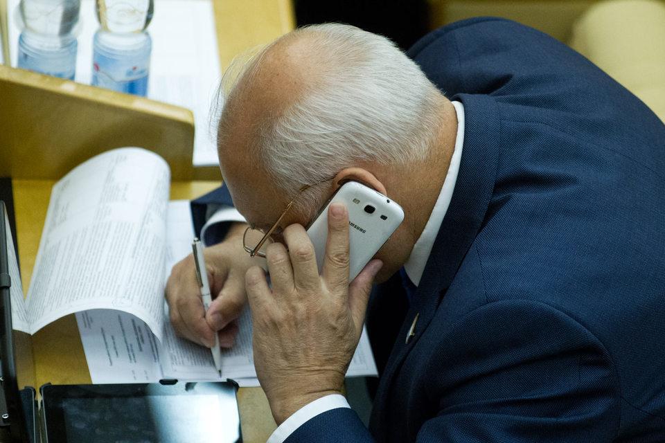 Разговоры депутатов по мобильному телефону тоже будут храниться до полугода