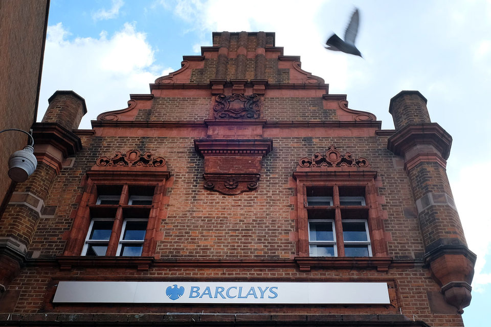 Акции Barclays дешевели в понедельник на 21%, а за год он потерял больше половины капитализации