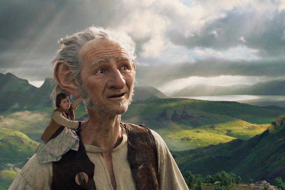 В великане без труда можно узнать актера Марка Райлэнса