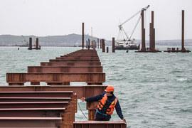 Для железнодорожного моста уже строятся временные сооружения, бетонируются сваи, судя по актам сдачи-приемки работ