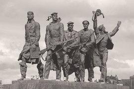 Советские памятники войне обычно изображают бесчувственных монументальных борцов, не сдавшихся врагу