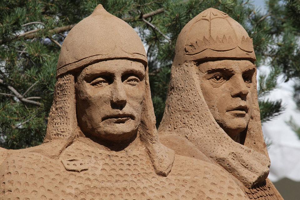 Президент Владимир Путин (его скульптура, выполненная в песке, – слева) и премьер Дмитрий Медведев (скульптура справа) вернут народу нацпроекты