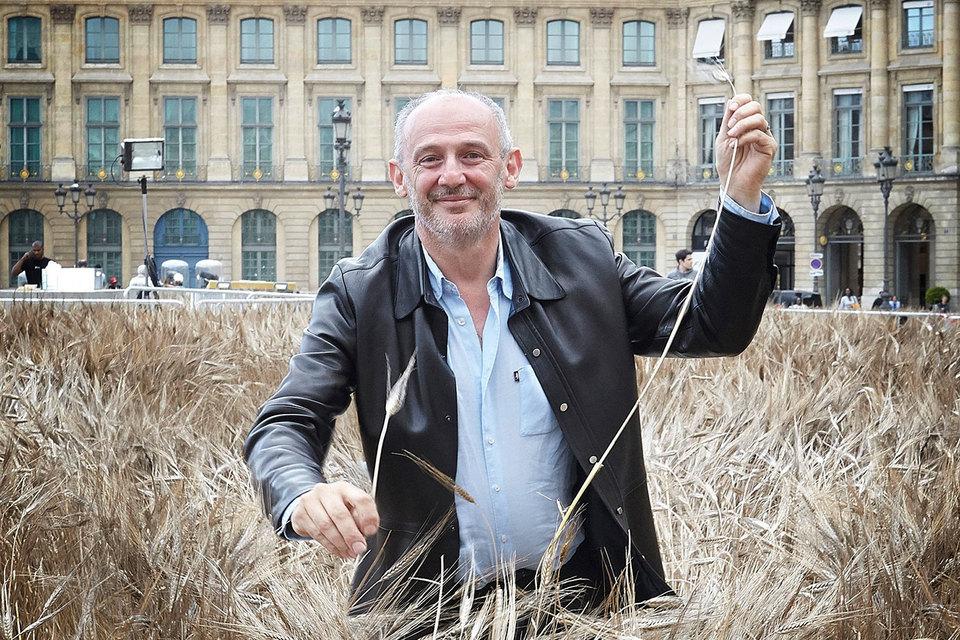 Художник Гад Вейл на фоне своей инсталляции на Вандомской площади в Париже